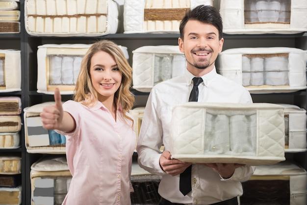 Klient z wysokiej jakości materacami w sklepie.