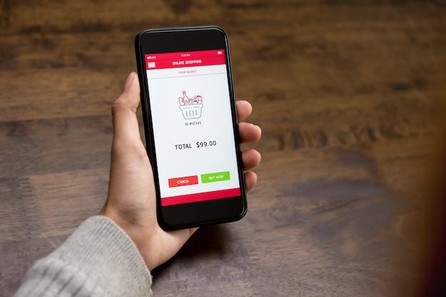 Klient zamawia artykuły spożywcze i płaci przez telefon komórkowy