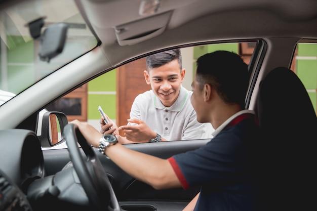 Klient zamawia taksówkę za pośrednictwem aplikacji internetowych