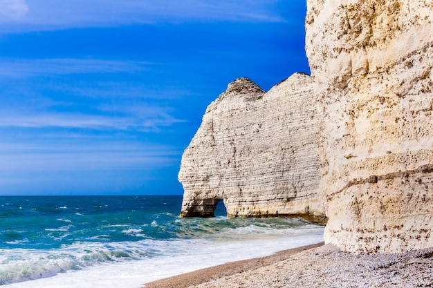 Klif etretat aval, skały i naturalny łuk i niebieski ocean. normandia, francja, europa.