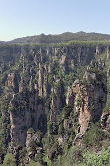 Klif obok góry porośnięty drzewami i roślinnością