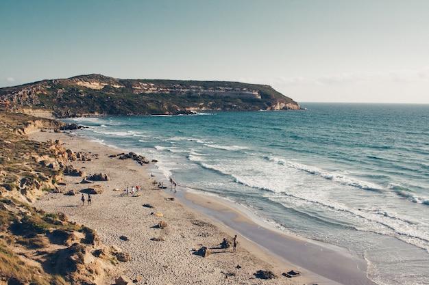 Klif przy piaszczystym wybrzeżu pod czystym niebem