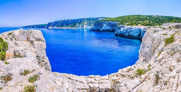 Klif wybrzeża z piaszczystymi skałami w pobliżu plaży alaties, kefalonia, wyspy jońskie, grecja