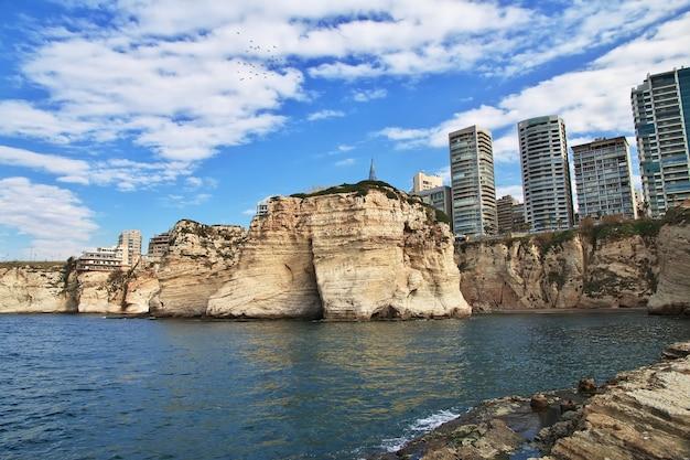 Klify gołębi na nabrzeżu bejrutu w libanie