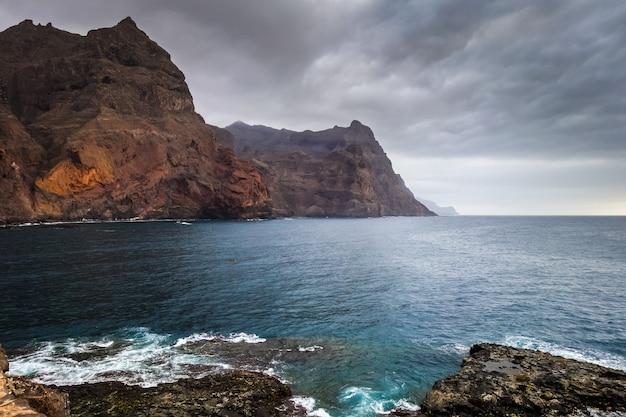 Klify i widok na ocean na wyspie santo antao, wyspy zielonego przylądka