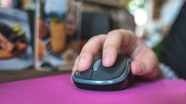 Kliknięcie ręką na myszy komputerowej