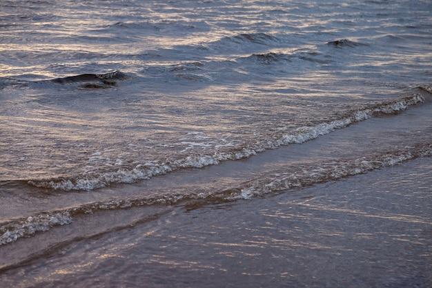 Klimatyczna sceneria dramatyczny bałtyk, fale i plusk wody na falochronach. natura północ cloudscape na wybrzeżu oceanu. środowisko o zmiennej pogodzie, zmiany klimatu. burzliwe, abstrakcyjne tła