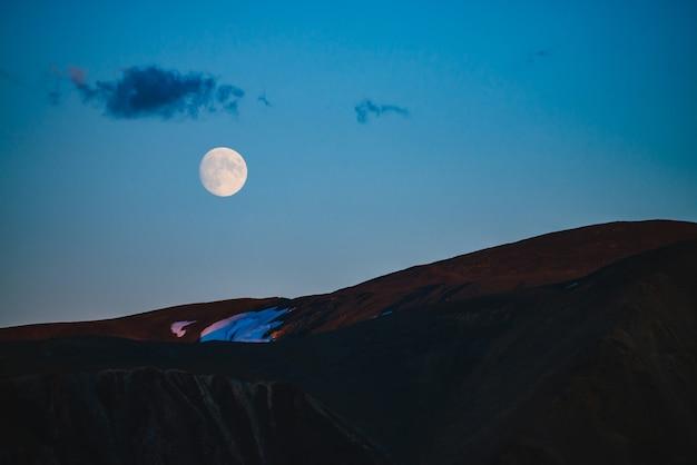 Klimatyczny księżycowy krajobraz zmierzchu w górach