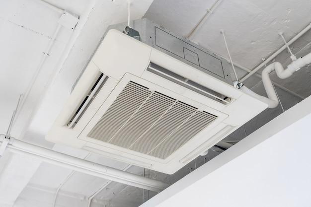 Klimatyzator kasetonowy z instalacją oświetleniową i przeciwpożarową na suficie.