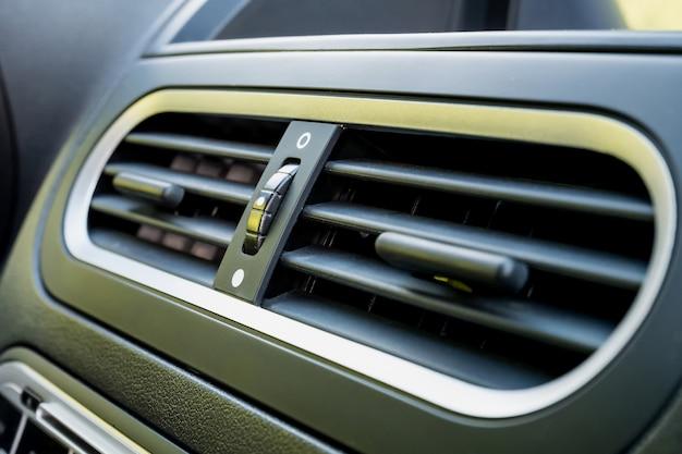 Klimatyzator w nowoczesnym samochodzie z bliska, szczegóły wnętrza samochodu
