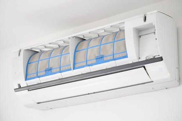 Klimatyzator z brudnym filtrem z bliska