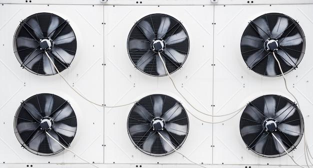 Klimatyzatory na dachu budynku przemysłowego hvac