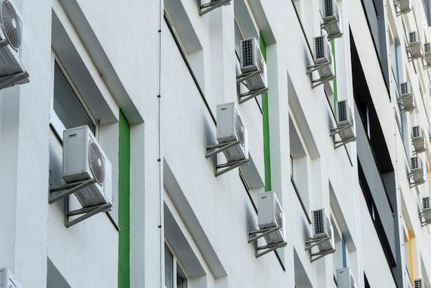Klimatyzatory zewnętrzne na elewacji budynku