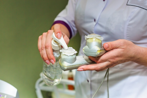 Klinika kosmetologii robi peeling kwaśny