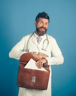Klinika medyczna medycyna zawód ludzie i koncepcja opieki zdrowotnej szczęśliwy lekarz ze stetoskopem i