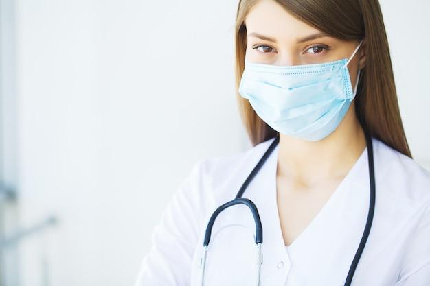 Klinika. uśmiechnięta potomstwo lekarka w szpitalnym korytarzu