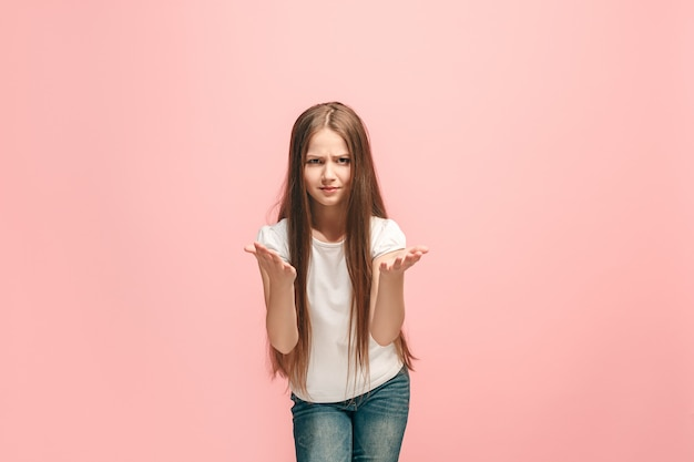 Kłóć się, argumentując koncepcję. piękny portret połowy długości kobiece kobieta na białym tle na różowej ścianie. młoda emocjonalna dziewczyna. ludzkie emocje, koncepcja wyraz twarzy. przedni widok