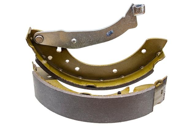 Klocki hamulca bębnowego na na białym tle. naprawa układu hamulcowego samochodu.