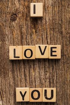 Klocki z zabawkami na stole ze słowem kocham cię