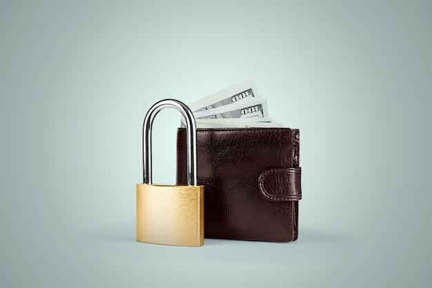 Kłódka i portfel z pieniędzmi