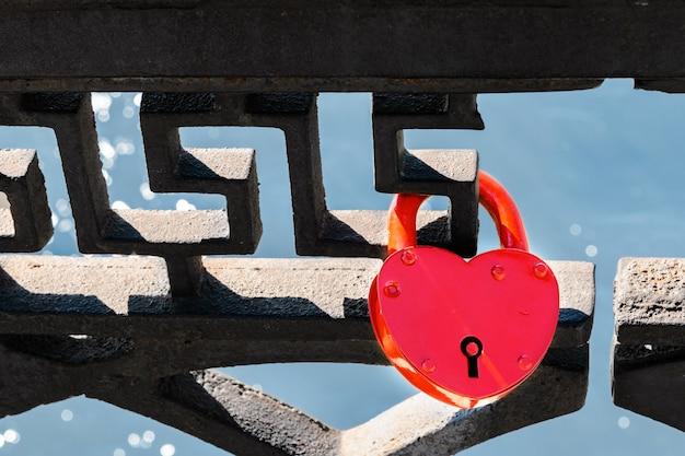Kłódka miłości na metalowej siatce