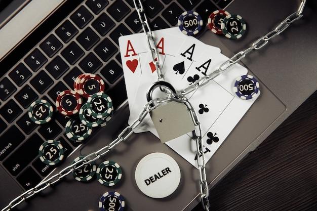 Kłódka, żetony i karty do gry na klawiaturze. pojęcie prawa i regulacji hazardu