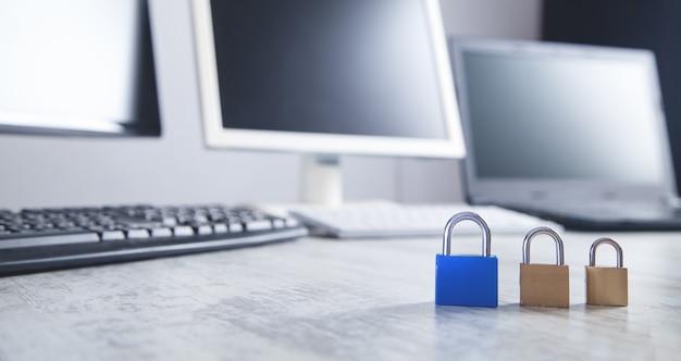 Kłódki na biurku. bezpieczeństwo w internecie i komputerach