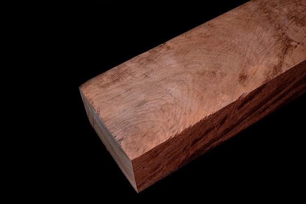 Kłody z drewna birmańskiego padauk piękny wzór do rękodzieła na czarnym tle
