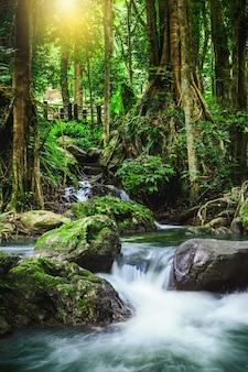 Klong lan siklawa, piękna siklawa w tropikalnym lesie deszczowym przy kampangphet, tajlandia.
