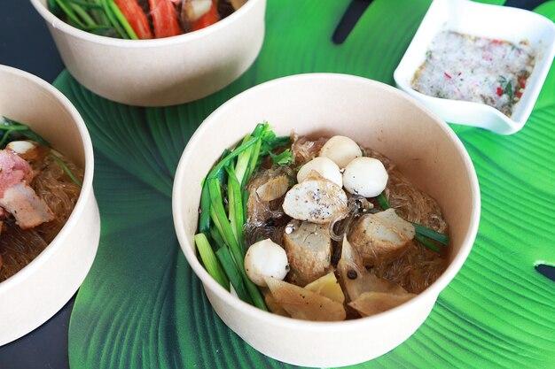 Klopsik i wieprzowina zapiekany z makaronem szklanym i warzywami, dobre menu w azjatyckiej restauracji, suchy makaron
