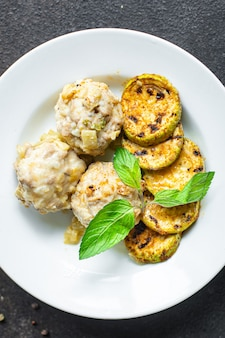 Klopsiki warzywne bez mięsa grillowany ryż z cukinii płyta do gotowania na stole zdrowa przekąska posiłek