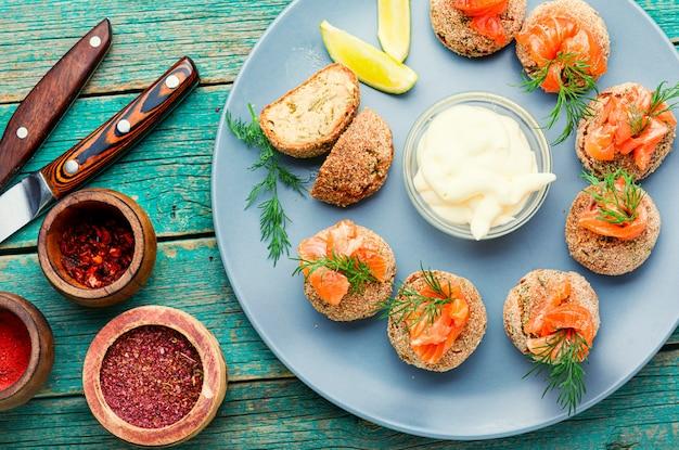 Klopsiki z ikry dorsza. talerz z domowymi kotletami z łososia