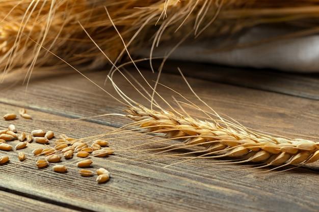 Kłosy pszenicy na drewnianym stole