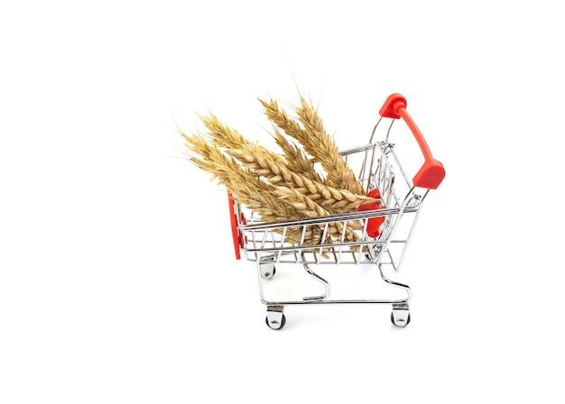 Kłosy żyta w wózku na zakupy. koncepcja zakupów w supermarkecie.