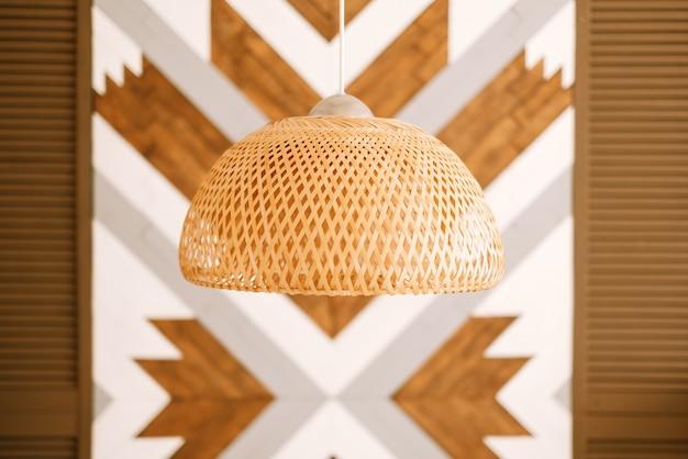 Klosz ze słomy w nowoczesnym salonie. ekologiczny wystrój wnętrz przy użyciu naturalnych materiałów.
