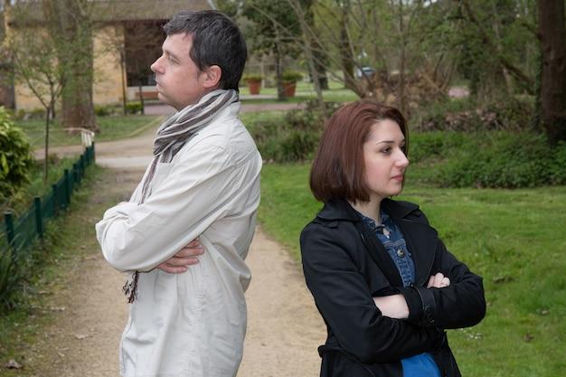 Kłótnia między ukochanym młodym mężczyzną i kobietą na zewnątrz