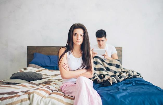 Kłótnia rodzinna. facet i dziewczyna mocno się pokłócili.