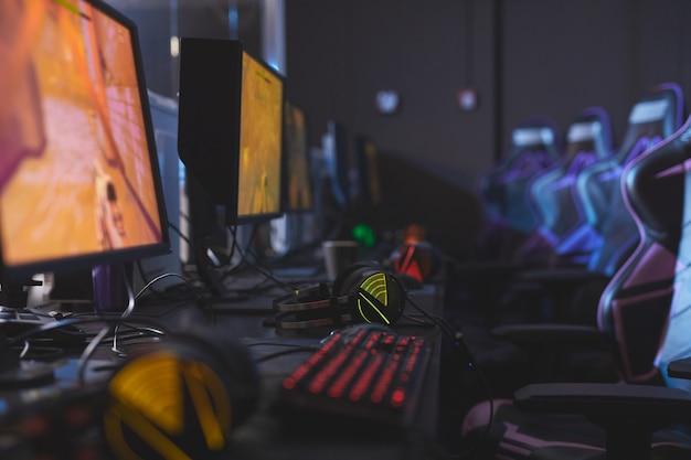 Klub gier komputerowych z nowoczesnymi komputerami