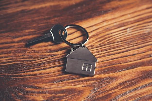 Klucz do domu na drewnianym stole w tle