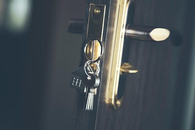Klucz do domu w drzwiach