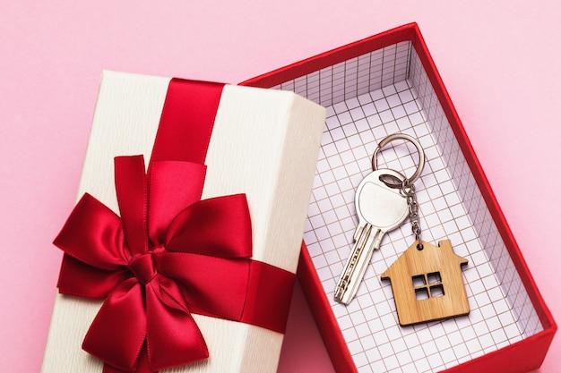 Klucz do domu w pudełku na różowym tle
