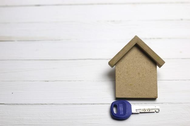 Klucz do mieszkania na drewnianym tle