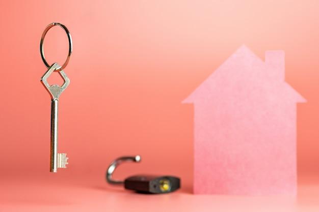 Klucz do nowego mieszkania lub domu, kupno lub sprzedaż koncepcji