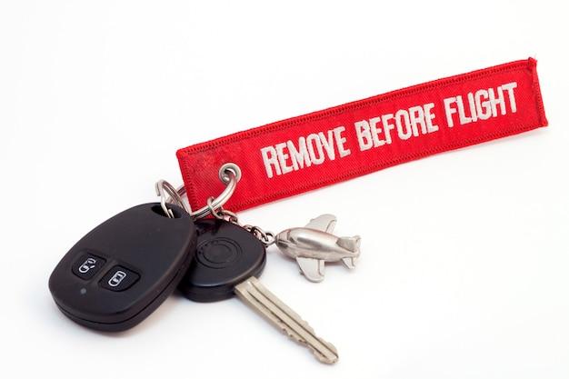 Klucz do samolotu z czerwoną etykietą na białym tle