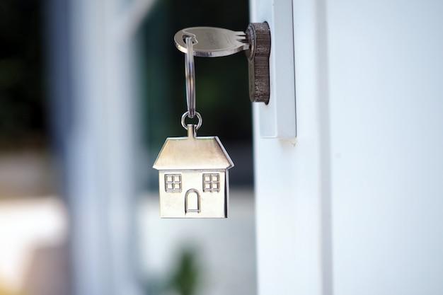 Klucz domowy do odblokowania drzwi nowego domu. wynajem, kupno, sprzedaż domów