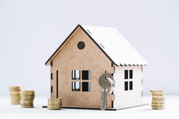 Klucz i pieniądze w pobliżu drewnianego domu