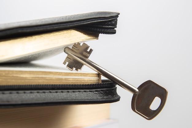 Klucz leży w księdze biblijnej. metafora odkrywania mądrości poprzez studiowanie literatury religijnej
