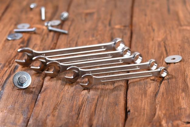 Klucz metalowy nakrętka na drewnianym stole