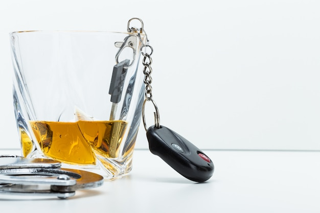 Klucz na pasku z rozlanym alkoholem