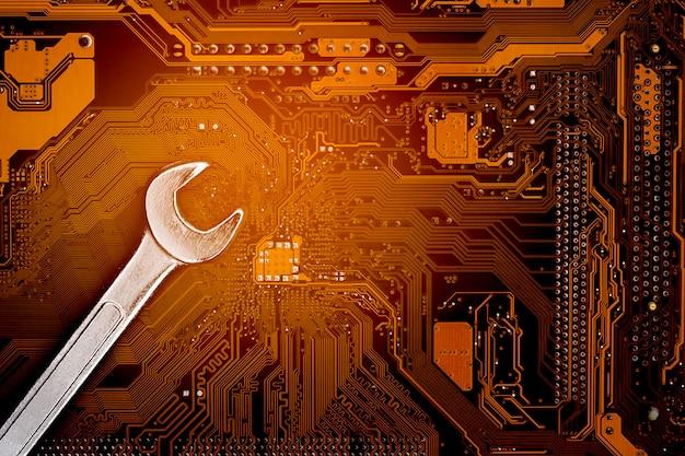 Klucz na płytce drukowanej komputera. komputer do konserwacji i bezpieczeństwa.